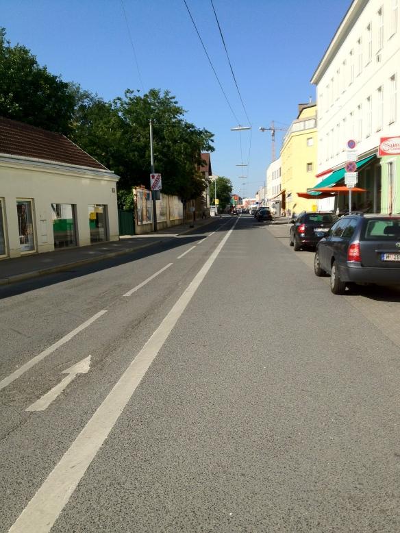Fotografiert bei der Kreuzung mit der Langobardenstraße in Blickrichtung Erzherzog-Karl-Straße
