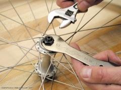 Maulschlüssel und verstellbarer Maulschlüssel zum Einstellen des Konuslagers in der Nabe.