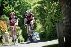 Sportgerechte Kleidung und ein gut belüfteter Helm sorgen dafür, dass man sich auf dem Rennrad flott und geschmeidig bewegen kann.
