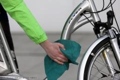 Erst Waschen und dann pflegen: Wachspolitur, mit einem weichen Lappen aufgetragen, sieht nicht nur gut aus, sondern schützt vor den Strapazen des Alltags.